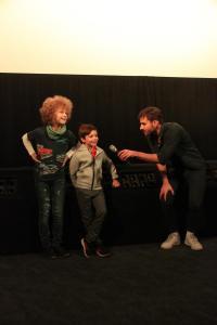 Schauspieler Leopold Ferdinand Schill und Elias Siegmann im Gespräch mit Moderator Marcel Danner zu ihren Rollen und den Dreharbeiten zu ALFONS ZITTERBACKE - DAS CHAOS IST ZURÜCK.