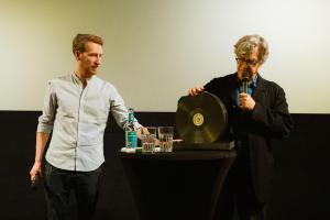 Regisseur und Autor Wim Wenders im Gespräch mit den anwesenden Schulklassen über seinen Film DER HIMMEL ÜBER BERLIN.