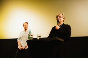 Moderator Louis Klamroth und Regisseur und Autor Wim Wenders im Gespräch mit den anwesenden Schulklassen über die digital restaurierte Fassung von DER HIMMEL ÜBER BERLIN.