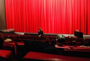 Filmpädagogin Gitte Hellwig begrüßt das Schülerpublikum zur Vorführung von EMIL UND DIE DETEKTIVE (1931) von Gerhard Lamprecht.