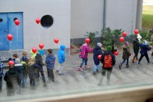 """Nach der Vorführung des Kurzfilmprogramms """"Language Without borders"""" im City Kino Wedding machen sich Schüler*innen mit ihren roten Ballons auf den Weg zurück zur Schule."""