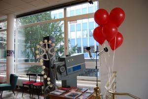"""Nach der Vorführung von """"Der rote Ballon"""" flogen die roten Ballons von der Leinwand bis in den Kinosaal und das Foyer im City Kino Wedding."""