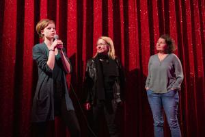 Hauptdarstellerin Emma Bading (li) und Produzentin Sonja Ewers (re) im Filmgespräch zu MEINE TEUFLISCH GUTE FREUNDIN im delphi Lux.