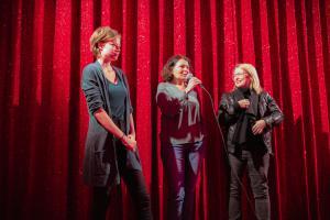 Schauspielerin Emma Bading (li) und Produzentin Sonja Ewers (Mitte) im Gespräch zu MEINE TEUFLISCH GUTE FREUNDIN.