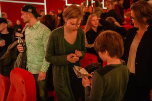Schauspielerin Emma Bading (MEINE TEUFLISCH GUTE FREUNDIN) gibt nach der Vorstellung Autogramme.