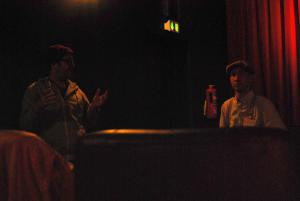 Regisseur Florian Opitz (li) beantwortet die Fragen der Schüler*innen und des Filmpädagogen Daniel Unsöld (re).