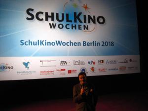 Film- und Umweltpädagoge Wolfgang J. Fischer spricht mit Schüler*innen über UNSERE ERDE 2.