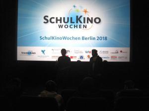 Produzent Nick Pastucha und Filmpädagoge Timo Kurt Kuhn im Gespräch mit den Schüler*innen über den Dokumentarfilm DAS SYSTEM MILCH.