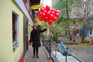 Die roten Ballons auf ihrem Weg ins Regenbogenkino.