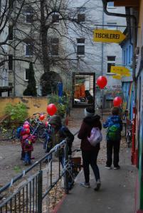 Die roten Ballons mit ihren Begleiter*innen auf dem Weg durch Berlin.