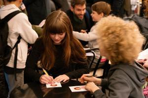 Schauspielerin Lisa Moell und Leopold Ferdinand Schill geben Autogramme.