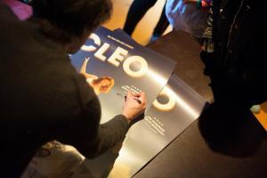 Schaupieler Jeremy Mockridge schreibt Autogramme für Schüler*innen.