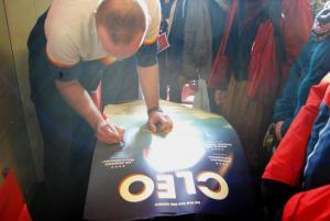 Nach dem Filmgespräch zu CLEO gibt Regisseur Erik Schmitt den anwesenden Klassen Autogramme