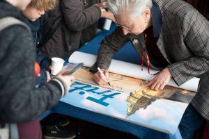 Drehbuchautorin Beate Völcker gibt Autogramme