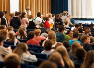 Schlange stehen für ihre Fragen: Schüler*innen bei der Eröffnung der SchulKinoWochen Berlin 2019
