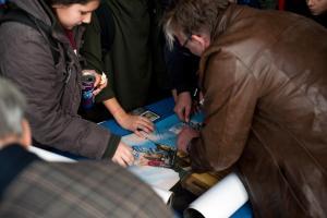 Regisseur Matthias Bruhn von FRITZI - EINE WENDEWUNDERGESCHICHTE gibt Autogramme bei der Eröffnung der SchulKinoWochen Berlin.