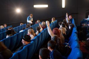 Schüler*innen im Gespräch bei der Veranstaltung FILME SEHEN - FILME HÖREN im CineStar Original im Sony Center.