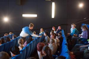Schüler*innen stellen ihre Fragen in der Veranstaltung FILME SEHEN - FILME HÖREN.