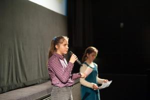 Nola und Emilia von der FBW-Jugend Filmjury Berlin bei der Moderation der Veranstaltung FILME SEHEN - FILME HÖREN.