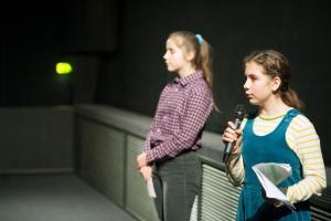 Nola und Emilia von der FBW-Jugend Filmjury Berlin bei der Moderation der Veranstaltung FILME SEHEN - FILME HÖREn im CineStar Original im Sony Center.