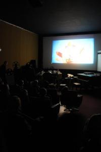 Projektionist Gabriel Hageni aus dem Kino Krokodil bringt Grundschüler*innen den Beruf des Filmvorführers näher.