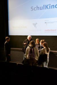 Schüler*innen im Gespräch mit Regisseur und Co-Autor Wolfgang Becker nach der Vorführung seines Films GOOD BYE, LENIN!