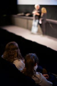 Schüler*innen lauschen den Antworten von Regisseur und Co-Autor Wolfgang Becker nach der Vorstellung seines Films GOOD BYE, LENIN im CineStar Original im Sony Center.