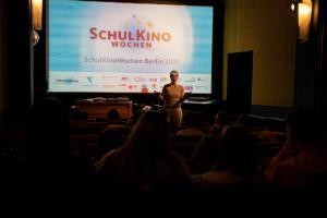 Moderatorin Verena Talamonti im Gespräch mit Schüler*innen zum Film IM NIEMANDSLAND im Kino Krokodil