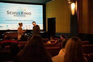 Moderatorin Verena Talamonti und Regisseur Florian Aigner im Gespräch mit Schüler*innen zum Film IM NIEMANDSLAND im Kino Krokodil