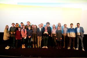"""Gewinnerin des """"Kindertigers 2019"""" Lea Schmidbauer (OSTWIND – ARIS ANKUNFT), die weiteren Nominierten Anja Flade-Kruse, John Chambers, Mark Schlichter (ALFONS ZITTERBACKE - DAS CHAOS IST ZURÜCK), Simone Höft (UNHEIMLICH PERFEKTE FREUNDE), Katharina Reschke (Gewinnerin des Kindertigers 2011), Kinderbuchautor Martin Verg, Frank Völkert von der Filmförderungsanstalt (FFA), die FBW-Jugendfilmjury Berlin und Tim Gailus vom KiKA-Medienmagazin """"Timster"""""""