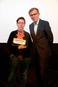 """Gewinnerin des """"Kindertigers 2019"""" Lea Schmidbauer (OSTWIND – ARIS ANKUNFT) und Frank Völkert von der Filmförderungsanstalt"""