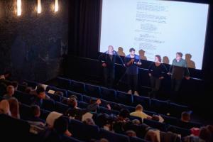 Schüler*innen im Drehbuch-Workshop mit Drehbuchautorinnen Anja Flade-Kurse, John Chambers und Mark Schlichter und ihrem Drehbuch ALFONS ZITTERBACKE - DAS CHAOS IST ZURÜCK.
