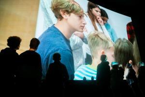 """Mitglieder der FBW-Jugend-Filmjury Berlin sehen im Rahmen der Preisverleihung des Drehbuchpreises """"Kindertiger"""" 2019 mit dem Publikum einen Ausschnitt aus der KiKA-Sendung """"Timster"""", die die Arbeit der Jury über mehrere Monate begleitet hat."""