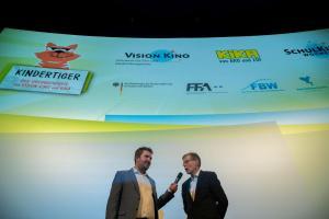 Moderator Tim Gailus (KiKA) im Gespräch mit Frank Völkert von der Filmförderungsanstalt.