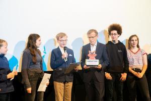 Die FBW-Jugend Filmjury bei der Verlesung ihrer Laudatio mit Frank Völkert von der Filmförderungsanstalt.