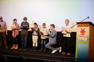 """Szenische Lesung im Rahmen der Preisverleihung des Drehbuchpreises """"Kindertiger"""" 2019 mit Schüler*innen, Mitgliedern der FBW-Jugend-Filmjury Berlin und Moderator Tim Gailus (KiKA)."""