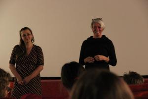 Regisseurin Alice Agneskirchner im Gespräch mit Moderatorin Iris Praefke und den anwesenden Schüler*innen über ihren Film LAMPENFIEBER im Bali Kino.