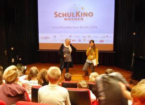 Regisseurin Alice Agneskirchner (li) und Moderatorin Maria Odoj vom fezino - Kino im FEZ im Gespräch über ihren Film LAMPENFIEBER.