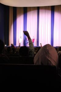 Schüler*innen stellen ihre Fragen in der Veranstaltung zum Film MEINE WUNDERBAR SELTSAME WOCHE MIT TESS mit den Synchronsprecher*innen Pauline Grüne und Anselm Düringer