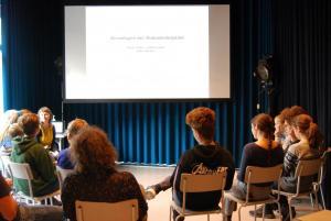 """Jugendliche der FBW-Jugend Filmjury Berlin im Workshop """"Filme sehen - Filme hören"""" mit Hörfilmautorinnen Anke Nicolai und Roswitha Röding"""