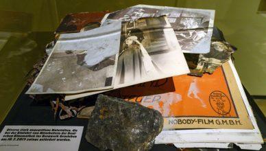 Vitrine der Sonderausstellung »Brandspuren« Foto: Marian Stefanowski/ Quelle: Deutsche Kinematek